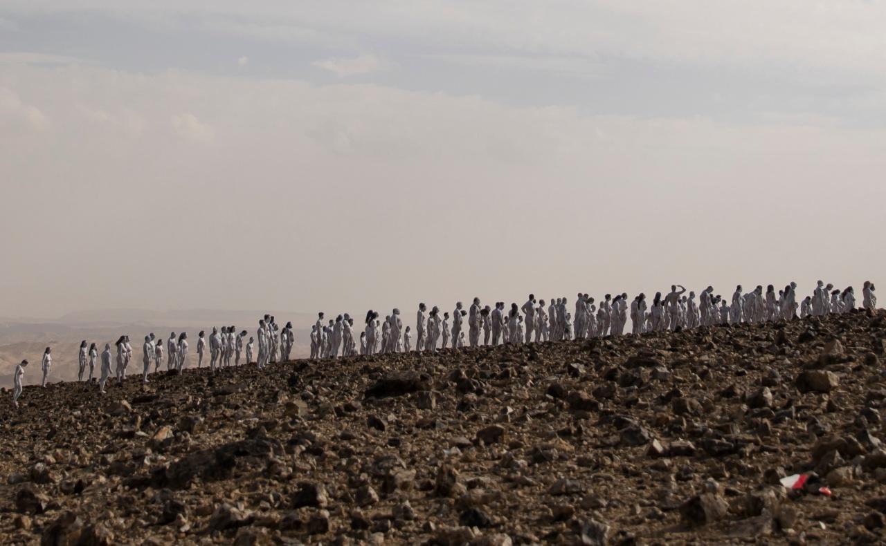 Setki nagich ludzi nad Morzem Martwym. Zdjęcia mają zwrócić uwagę na ważny problem - National Geographic