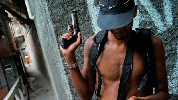 Rio to miasto pełne przepychu, ale także biedy i przemocy dręczących rozsiane na wzgórzach fawele. W związku ze zbliżającymi się igrzyskami w 2016 r. slumsy przechodzą radykalne zmiany.