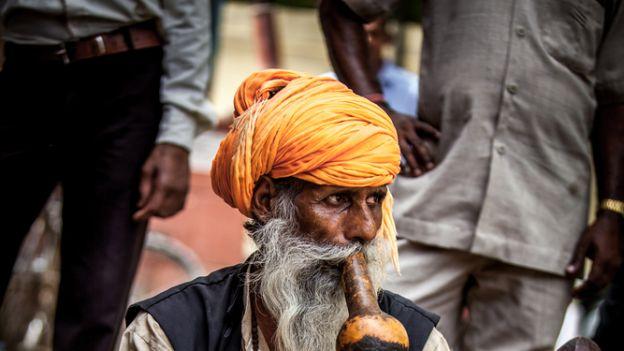 Czy słynni zaklinacze węży znikną z ulic indyjskich miast?