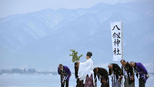 01-shinto-monk-lake-suwa.ngsversion.1461691687085.adapt.945.1