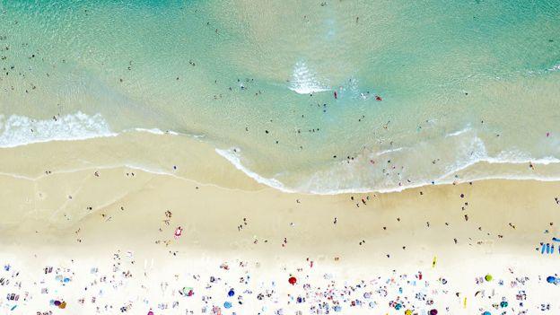 Joshua Jensen-Nagle od kilkunastu lat fotografuje plaże na całym świecie. Jego zdjęcia to jednak o wiele więcej niż pocztówki z wakacji