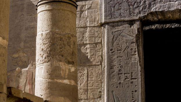 W grobowcu faraona archeolog bada wpisy... starożytnych turystów