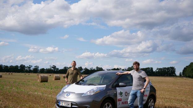 Arkady Fiedler testuje Nissana Leaf na polskich drogach przed podróżąpo Afryce.