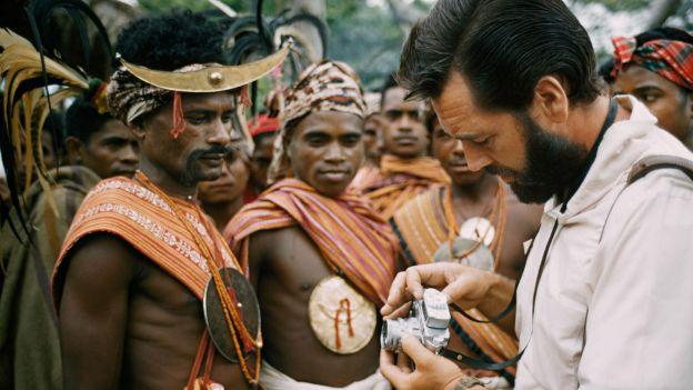 Frank Schreider pokazuje aparat mieszkańcowi wyspy Timor w 1962 roku
