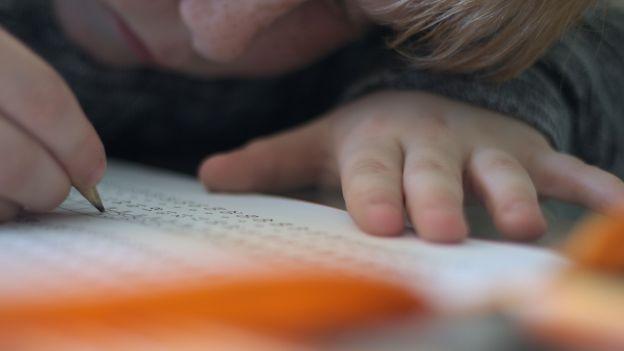 """""""Dzieci trzymają długopisy jak jaskiniowcy. Pediatrzy: dzieci tracą siłę i zręczność"""
