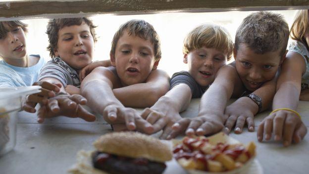 """Producenci śmieciowego jedzenia """"włamują się"""" do mózgów dzieci. Tak działa neuromarketing"""