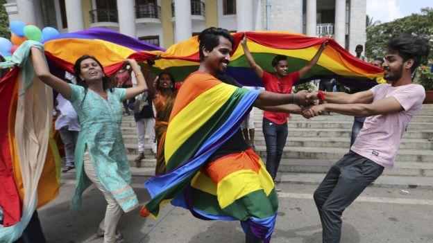 Radość aktywistów LGBT w Indiach po ogłoszeniu wyroku Sądu Najwyższego