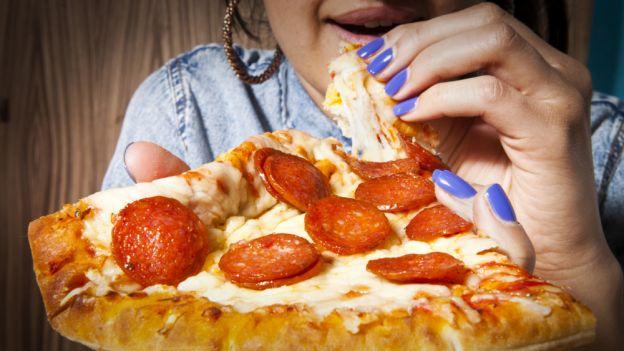 Pizza najbardziej uzależniającą potrawą w naukowym rankingu. Jak działa na mózg?