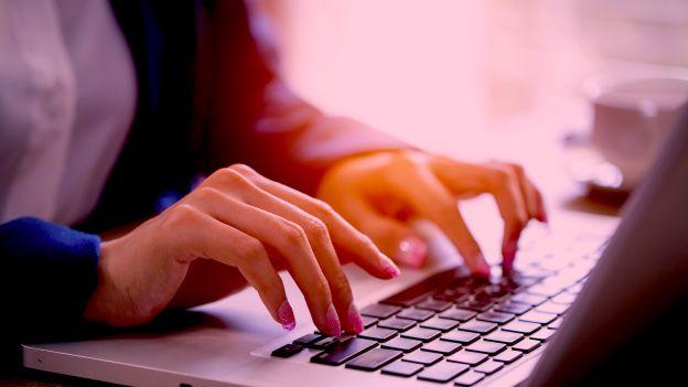 """""""Na pewno"""", """"dzień dzisiejszy"""", """"na prawdę"""" to najpopularniejsze błędy w internecie. RAPORT"""