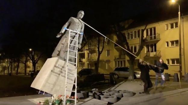 Obalenie pomnika prałata Jankowskiego