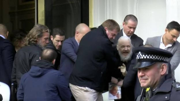 Julian Assange aresztowany i wyprowadzony z ambasady Ekwadoru w Londynie