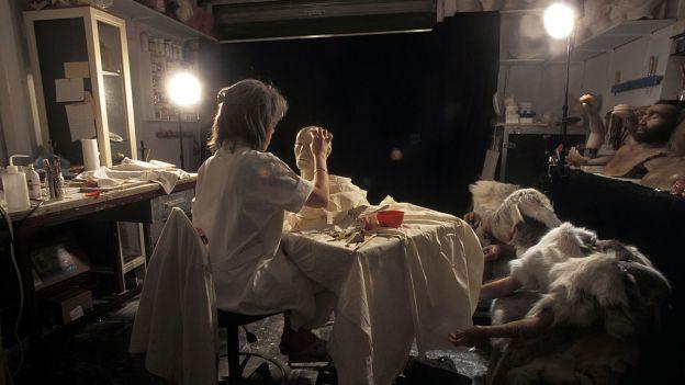Paryż, październik 1997 - Elisabeth Dayness nakłada glinkę na czaszkę Otziego by odtworzyć jego rysy twarzy.