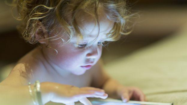 Jak wychować dzieci z dala od smartfonów i tabletów? Coraz więcej rodzin potrzebuje takiej porady