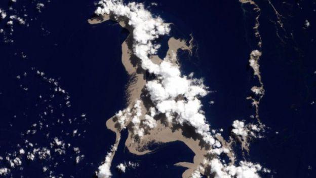 Wyspa pumeksu wielkości Lublina pływa po Pacyfiku. Uratuje Wielką Rafę Koralową?