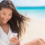 Co Polacy robią ze smartfonami w wakacje?