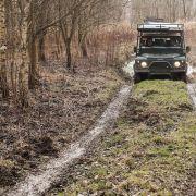 Land Rover podróżnicy przystosowali w taki sposób, by bez niczyjej pomocy wsiąść do niego, schować wózki i prowadzić go po bezdrożach