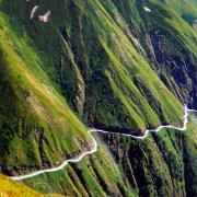 Droga do Omalo uważana jest za najnie- bezpieczniejszą na świecie.