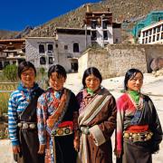 Kobiety w tradycyjnych strojach tybetańskich.