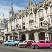 Piękne stare samochody, kolonialna architektura - chluba Hawany