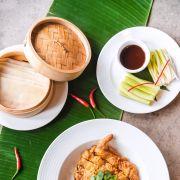 Chrupiąca kaczka serwowana z naleśnikami gotowanymi na prze, słodkim sosoem z kiełków soi, szczypiorkiem i świeżym ogórkiem.