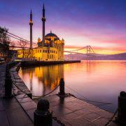 Meczet Ortaköy i jego bliźniak odbijacy się w wodzie to jeden z piękniejszych kadrów, jakie można upolowac  w Stambule