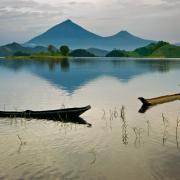 Chłopcy łowiący ryby na jeziorze Mutanda. W tle: wulkany Wirunga.
