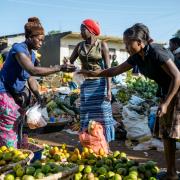 Na Kabundaire Market  w Fort Portal w najdziwniejszych owocach można przebierać.