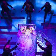 """""""Mamma Mia!"""" w Romie to non-replica. Autorzy musicalu zgodzili się na zmiany w inscenizacji stąd u nas m.in. LEDowe ściany, zapadnie i poruszane radiowo elementy scenografii. To nawet ewenement na skalę światową."""