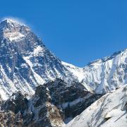 Widok na Mount Everest i Lhotse  od strony doliny Gokyo. Chantal Everestu mimo wielu prób nie zdobyła, na Lhotse stanęła w 1996 r. jako pierwsza kobieta.