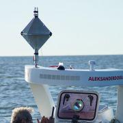 Komunikacja z Aleksandrem Dobą odbywa się przez telefon satelitarny.