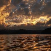 Zdjęcie wykonane smartfonem Samsung Galaxy A5 2017. Wędrujące chmury nad Jeziorem Czorsztyńskim.
