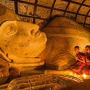 W Mjanmie mnichem zostaje się w bardzo młodym wieku.  Na zdj. buddyjscy nowicjusze podczas modlitwy przed posągiem Buddy w Paganie.