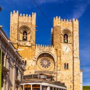 Słynny żółty tramwaj z dzielnicy Alfama to jedna z ikon Lizbony.