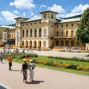 W Starym Domu Zdrojowym mieszczą się dziś sanatorium, restauracja i pijalnia wód. Bywali  w nim m.in. Reymont  i Wyczółkowski.