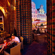 Rynek Sienny to główny plac staromiejski  – z kafejkami  i restauracjami.