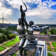 Robotnik i kołchoźnica - Imponująca 25-metrowa i 80-tonowa rzeźba z nierdzewnej stali autorstwa Wiery Muchiny. Jest symbolem słynnego studia filmowego Mosfilm.