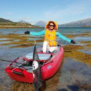 Ona, on, mops i kajak. Dmuchane canoe to ich sposób na podróżowanie