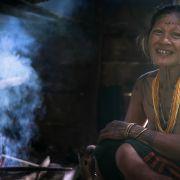 Półnaga kobieta gotująca banany. Cały czas w wioskach Mentawajów można spotkałć takie osoby, dla których przede wszystkim jest to kwestią wygody.