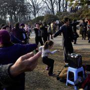 Wspólny taniec do puszczanej publicznie z głośnika muzyki w parku