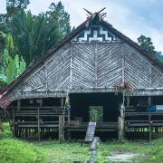Tradycyjny drewniany dom (uma), postawiony na palach. Chroni to przed ew. podtopieniem w czasie pory deszczowej.