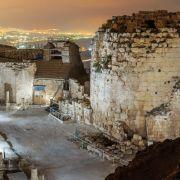 Ruiny Herodionu, jednej z budowanych na szczytach wzgórz fortec Heroda Wielkiego, przywodzą na myśl ucisk ze strony Rzymu. Niektórzy naukowcy postrzegają Jezusa jako rewolucjonistę społecznego, którego rzeczywistą misją było doprowadzenie do zmiany władzy