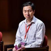 Profesor He Jiankui podczas odpowiadania na pytania o swój eksperyment