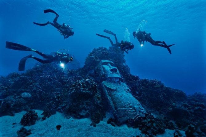 05-tourist-divers-encounter-fake-moai-670