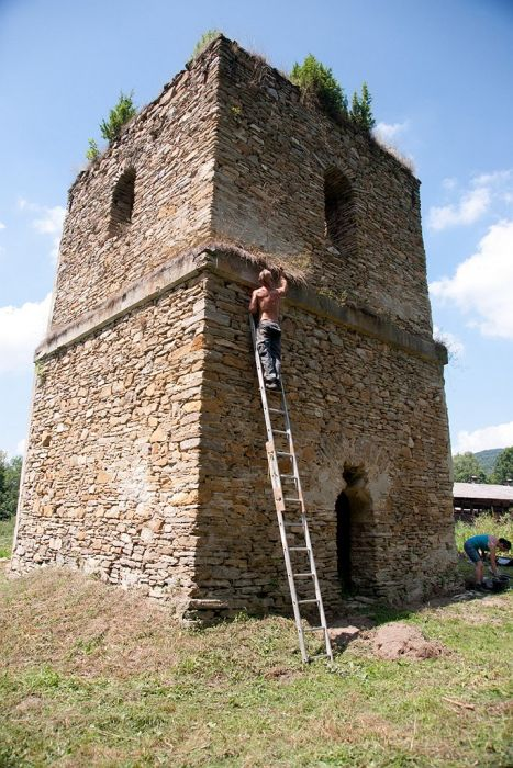 Studenci Politechniki Warszawskiej i członkowie Stowarzyszenia Magurycz remontują opuszczoną dzwonnicę w Beskidzie Niskim.