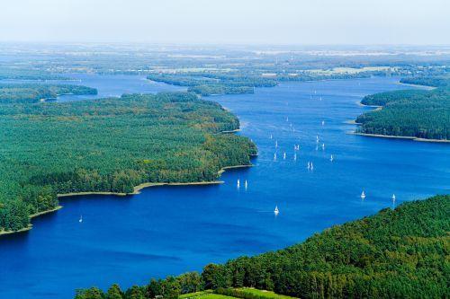Na dnie jeziora Jeziorak odkryto pozostałości krzyżackiego mostu prowadzącego na wyspę Wielka Żuława.