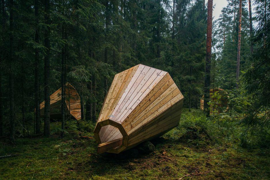 Wielkie megafony do nasłuchiwania lasu