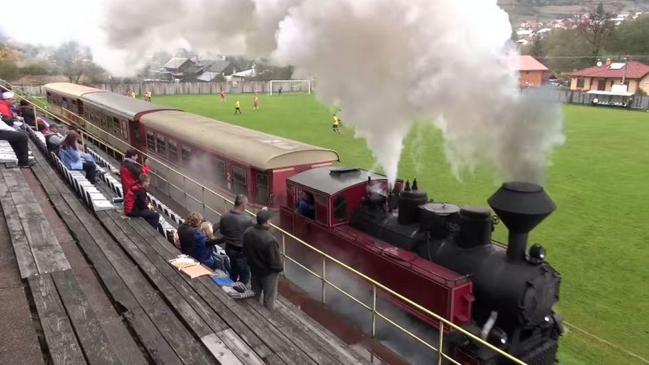 Pociąg przejeżdża przez piłkarski stadion