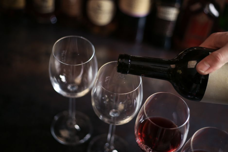 Nie nalewaj zbyt dużo wina do kieliszka