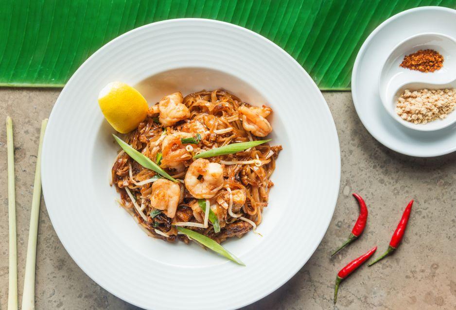 Makaron ryżowy z krewetkami, tofu i kruszonymi orzechami