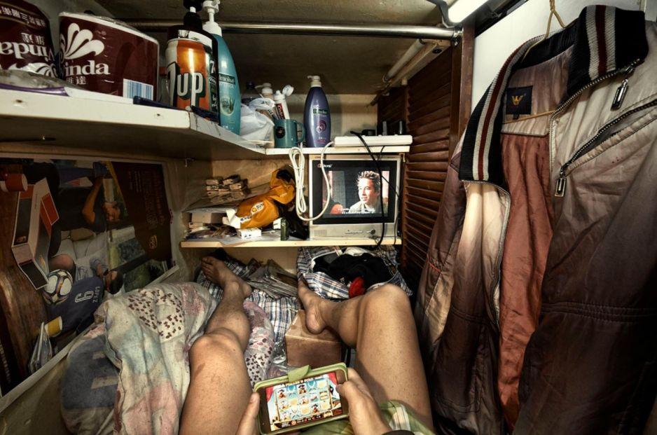 Hong Kong: Ludzkie fermy. Jak wygląda życie w klatce [FOTOREPORTAŻ]